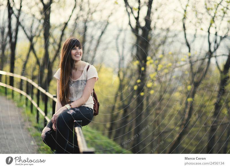 junge Frau, die ihre Zeit genießt und sich draußen im Park amüsiert. Lifestyle elegant Stil Freude Glück schön Haare & Frisuren Haut Gesicht Kosmetik Creme