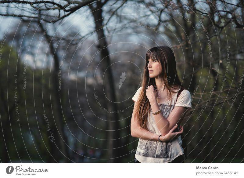 schönes Mädchen mit langen braunen Haaren in ruhiger Pose im Park Lifestyle Stil Haare & Frisuren Gesundheit Erholung Meditation Duft Ferien & Urlaub & Reisen