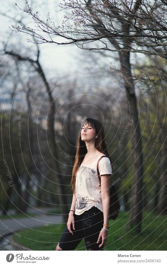 romantisches Mädchen mit langem braunen Haar in ruhiger Pose Lifestyle schön Haare & Frisuren Maniküre Gesundheit Erholung Windstille Frau Natur Frühling Sommer