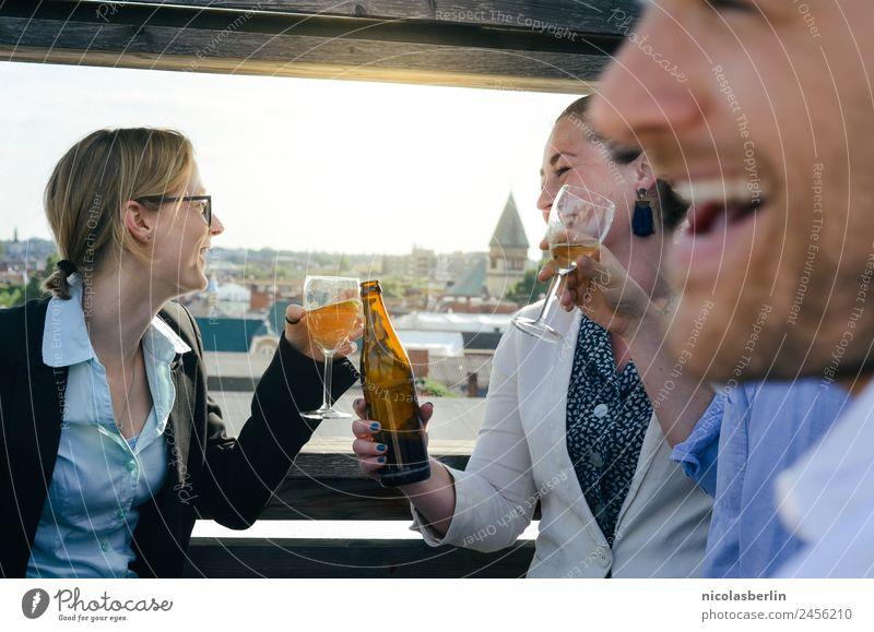 Junge Business Leute auf Dachterrasse beim Afterwork Beer Getränk Bier Wein Lifestyle Stil Freizeit & Hobby Wohnung Traumhaus Nachtleben Veranstaltung Lounge