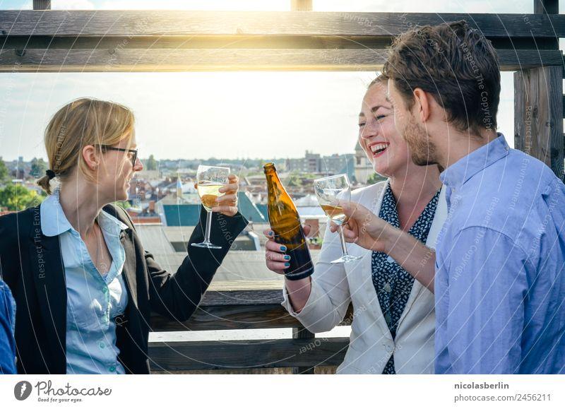 Feierabend auf der Terrasse Mensch Jugendliche Freude 18-30 Jahre Erwachsene feminin lachen Glück Business Feste & Feiern Freundschaft Zufriedenheit Büro