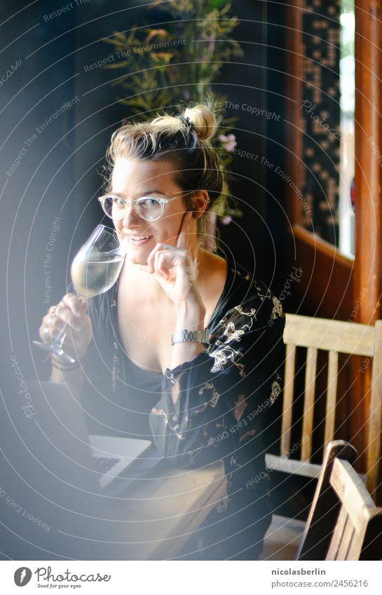 After Work Wine Wein Sekt Prosecco Champagner Lifestyle elegant Stil Alkohol Tisch Nachtleben Restaurant Bar Cocktailbar Lounge ausgehen Flirten trinken