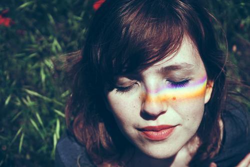 Junge Frau mit einem Regenbogen im Gesicht Lifestyle Stil Design schön Wellness harmonisch Wohlgefühl Sinnesorgane Erholung Meditation Mensch feminin