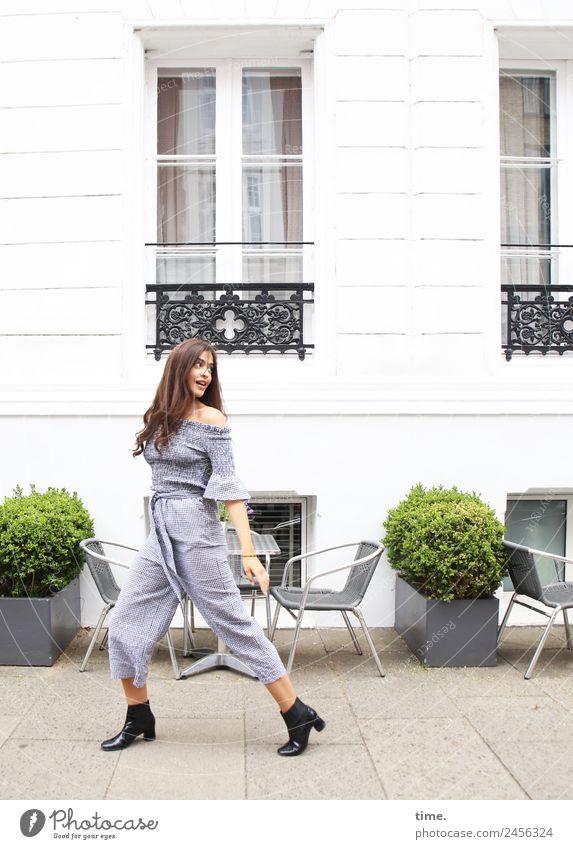 Jessica Frau Mensch schön Erwachsene Leben Wege & Pfade feminin Mode Fassade gehen beobachten Neugier entdecken Stadtzentrum Hose Überraschung