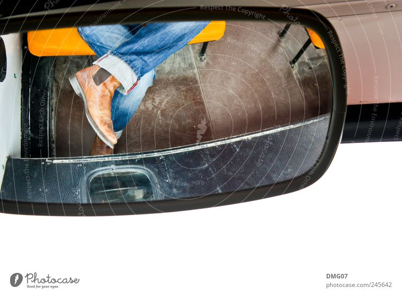 Sit&Watch Mensch Mann blau Einsamkeit gelb Erwachsene Gefühle Zeit außergewöhnlich Beine Fuß Zufriedenheit Schuhe sitzen Tourismus warten