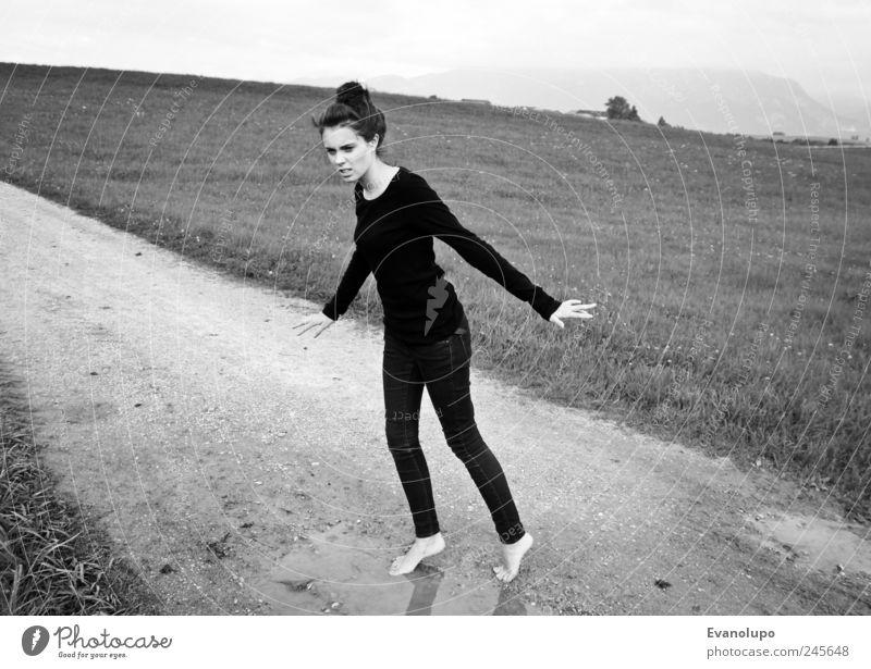 Ladylike Frau Mensch Jugendliche Wasser feminin Wiese Erwachsene Wege & Pfade elegant nass dünn Fußweg feucht Ekel Pfütze 13-18 Jahre