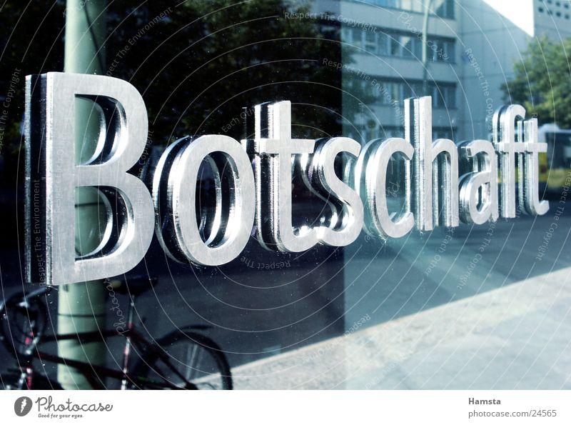 australische Botschaft Fenster Graffiti Metall Architektur Perspektive Information Buchstaben Politik & Staat Beschriftung Glasfassade