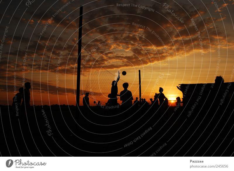 Sport am Abend Sommerurlaub Volleyball Team Menschengruppe Sonnenlicht Schönes Wetter Spielen Freude Bolivien Pampa Farbfoto Außenaufnahme Textfreiraum unten