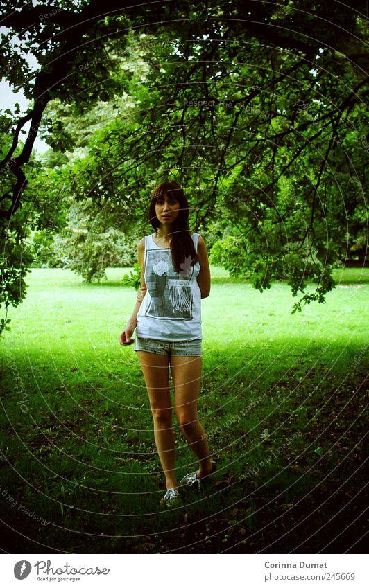 Little Secrets Mensch feminin Junge Frau Jugendliche Erwachsene 1 18-30 Jahre Hose schön dünn grün träumen Farbfoto mehrfarbig Außenaufnahme Tag Licht Schatten