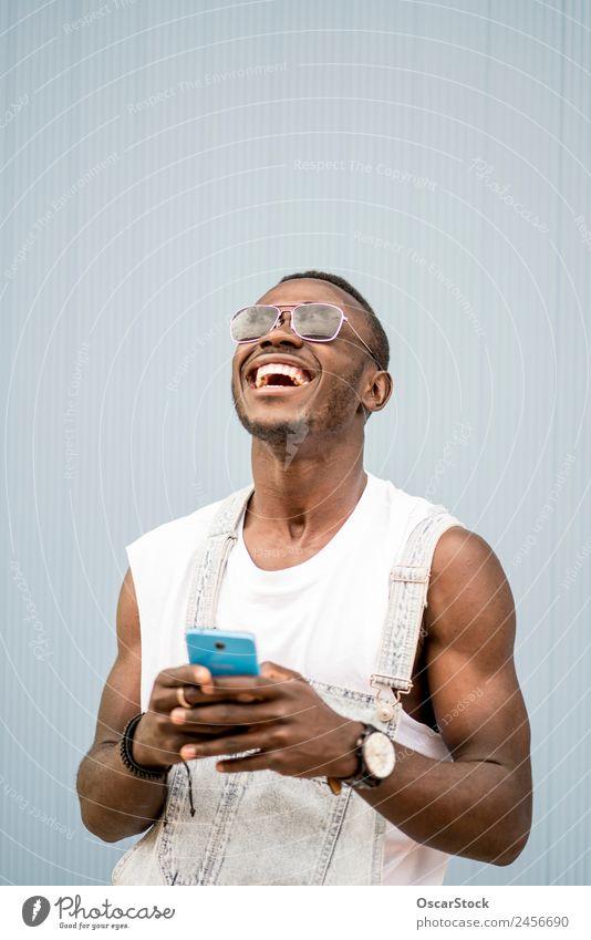 Afrikanischer Mann blauer Hintergrund mit Handy. Lifestyle Stil Glück Leben sprechen Telefon Technik & Technologie Mensch Erwachsene Mode Afro-Look alt genießen