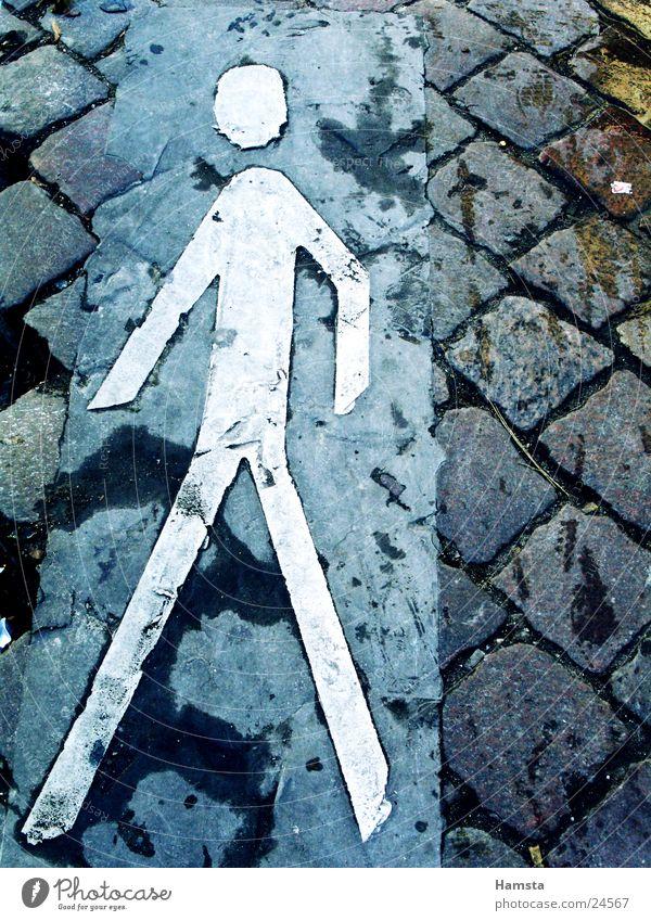 Gehweg Fußgänger Bordsteinkante Bürgersteig Piktogramm gehen Überqueren Außenaufnahme Stadt historisch laufen Zeichen Straße Pflastersteine