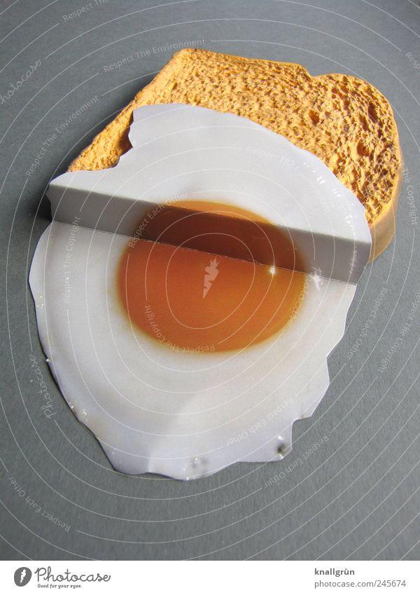 Spiegelei auf Brot weiß gelb Ernährung grau braun Lebensmittel liegen lecker Frühstück Ei Appetit & Hunger Brot Abendessen Mahlzeit Knick sparsam