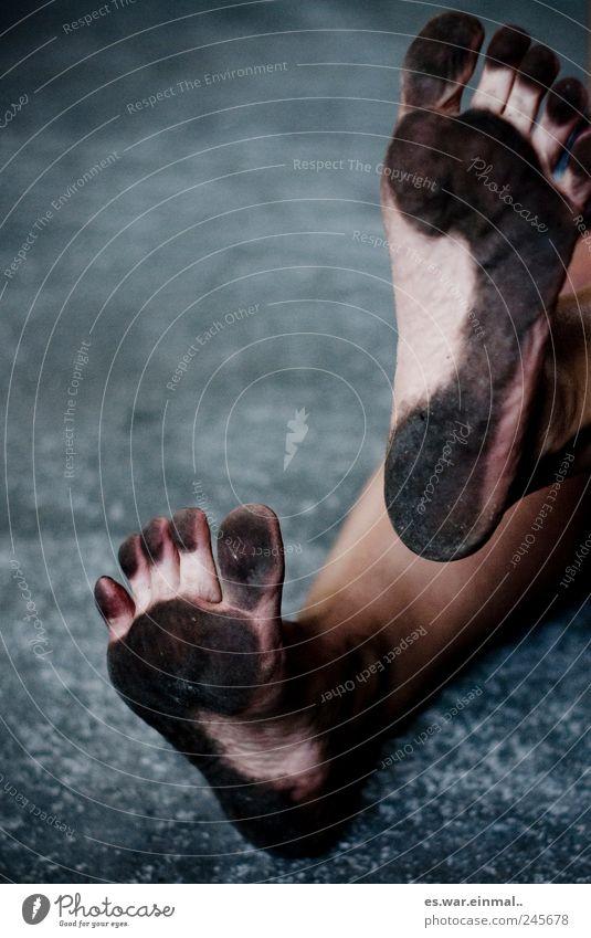 rabenschwarz Beine Fuß 1 Mensch verrückt Lebensfreude dreckig zeigen Kind natürlich Freude Barfuß Zehen Fußspur Dreckspatz Farbfoto