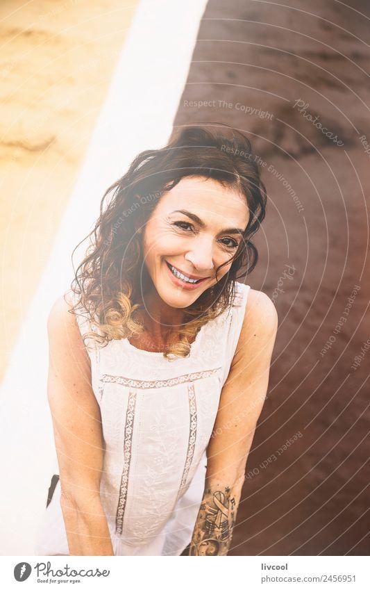 lächelnde Frau Lifestyle Glück schön Gesicht Erholung ruhig Mensch feminin Erwachsene Arme 1 45-60 Jahre Kunst Fassade Straße Tattoo Piercing Locken Graffiti