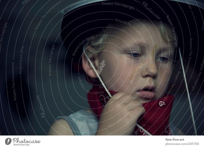Cowboy maskulin Kind Kleinkind Junge Gesicht 1 Mensch 1-3 Jahre 3-8 Jahre Kindheit Gefühle Enttäuschung Einsamkeit Farbfoto Innenaufnahme Textfreiraum links
