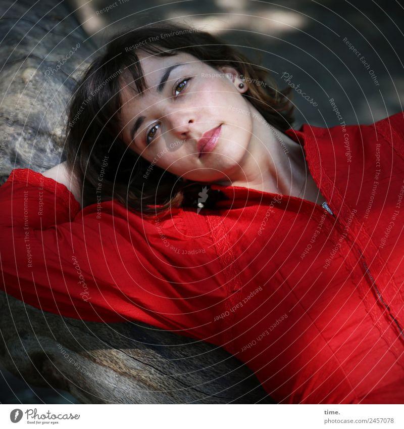 Ulreka feminin Frau Erwachsene 1 Mensch Baum Park Kleid brünett langhaarig beobachten Erholung liegen Blick warten schön rot Zufriedenheit selbstbewußt