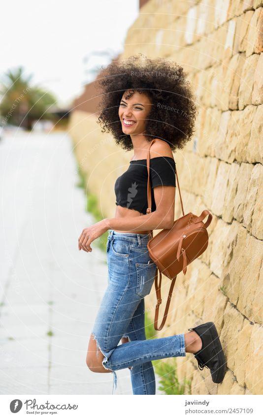 Fröhliche gemischte Frau mit Afrohaar, die im Freien steht. Lifestyle Stil Freude Glück schön Haare & Frisuren Gesicht Mensch Junge Frau Jugendliche Erwachsene