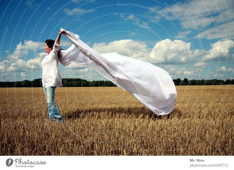 der weiße riese... Sommer Frau Erwachsene Umwelt Natur Wolken Klima Schönes Wetter Feld frisch Sauberkeit Lebensfreude Hemd Stoppelfeld sommerlich Wind Freiheit