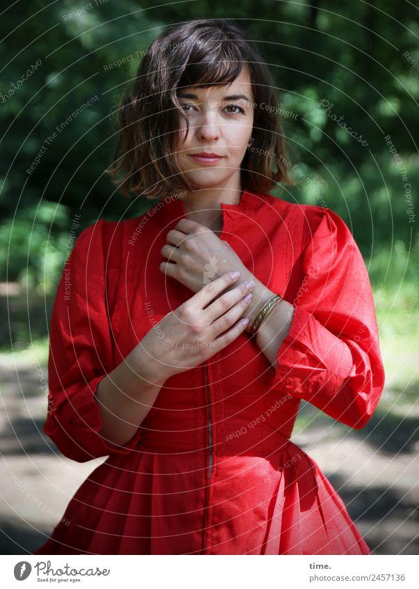 Ulreka feminin Frau Erwachsene 1 Mensch Schönes Wetter Park Kleid brünett langhaarig beobachten Denken festhalten Blick stehen warten natürlich Neugier schön