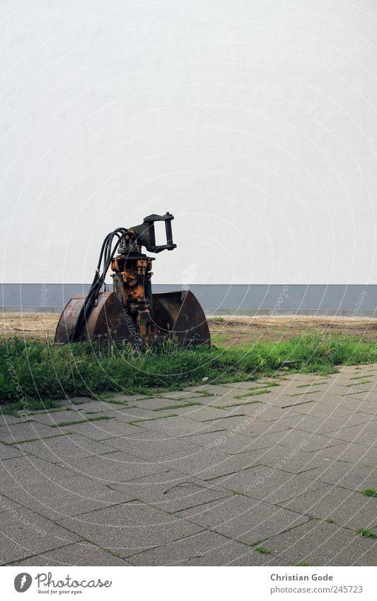 Der Kollos von Wattenscheid Stein Beton Stahl grau Bagger Baggerschaufel Baggerlöffel Baustelle Wiese Bürgersteig Haus Wand Bodenplatten Fuge Sportrasen grün