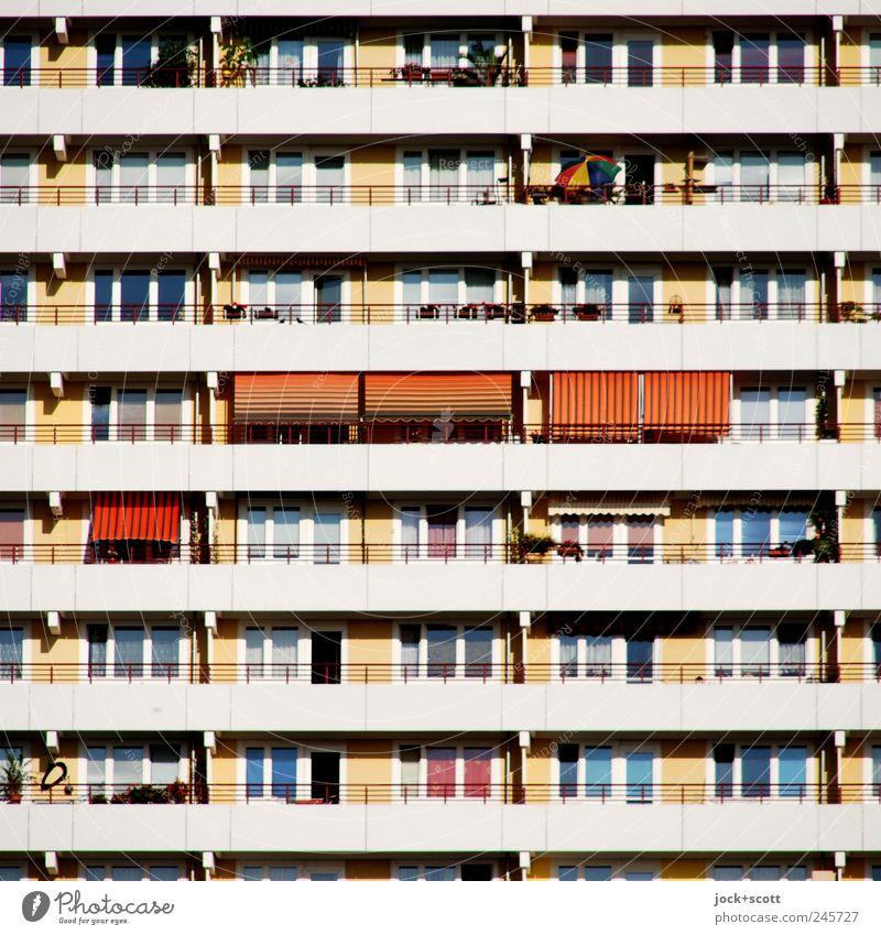 sonniges Wohnen im Quadrat Häusliches Leben Marzahn Stadtrand Hochhaus Architektur Stadthaus Fassade Balkon Fenster Beton Streifen Erholung eckig hell modern