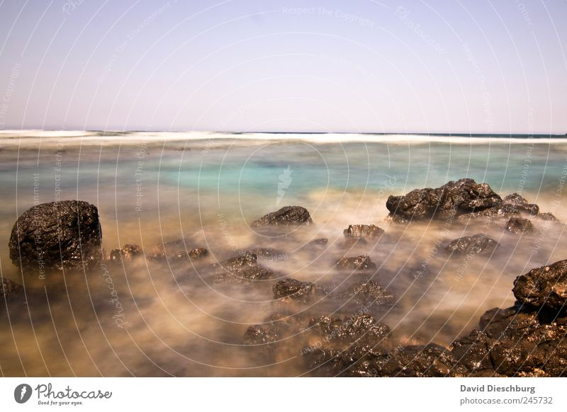 Faszination Belichtung blau Wasser Meer ruhig Landschaft Küste Stein Horizont braun Felsen Wellen Insel Schönes Wetter Bucht türkis Mittelmeer