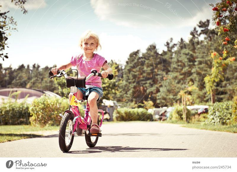Fahrspaß Fahrradfahren lernen Mensch Kind Kleinkind Mädchen Kindheit 1 3-8 Jahre Sommer Schönes Wetter Verkehrswege Wege & Pfade blond klein niedlich Sicherheit