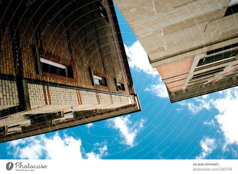 heiter bis wolkig Stadt Wolken Fenster Architektur Wetter Fassade hoch Schönes Wetter Altbau