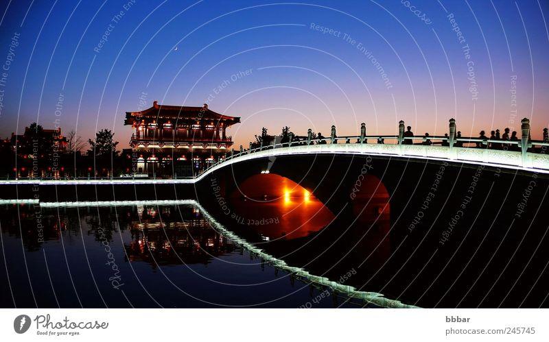 Nachtszenen der berühmten antiken Stadt Xian, China Ferien & Urlaub & Reisen Tourismus Ausflug Sightseeing Lampe Kultur Gebäude Architektur historisch blau