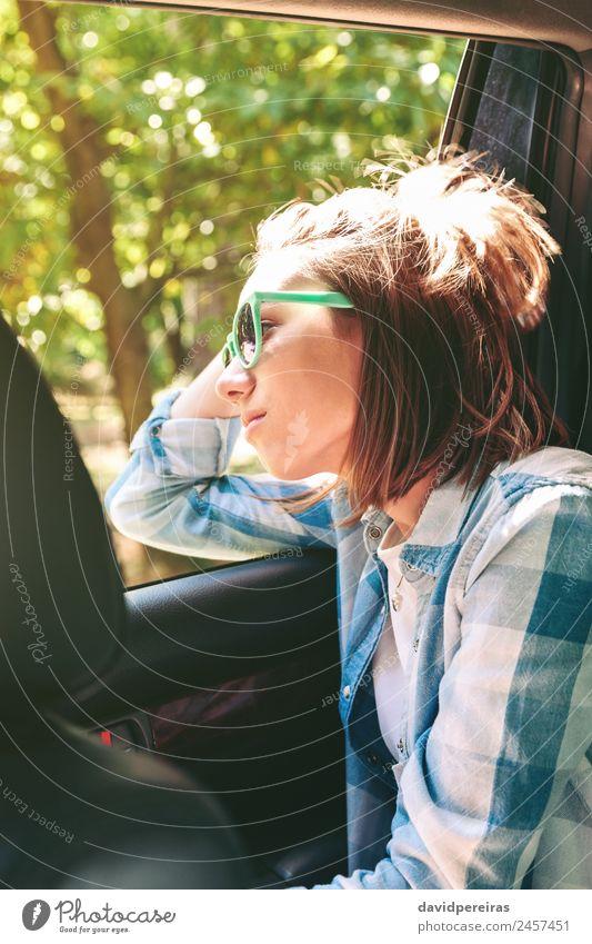Junge Frau, die durch das Fenster des Autos die Landschaft betrachtet. Lifestyle Freude Glück schön Erholung Freizeit & Hobby Ferien & Urlaub & Reisen Ausflug