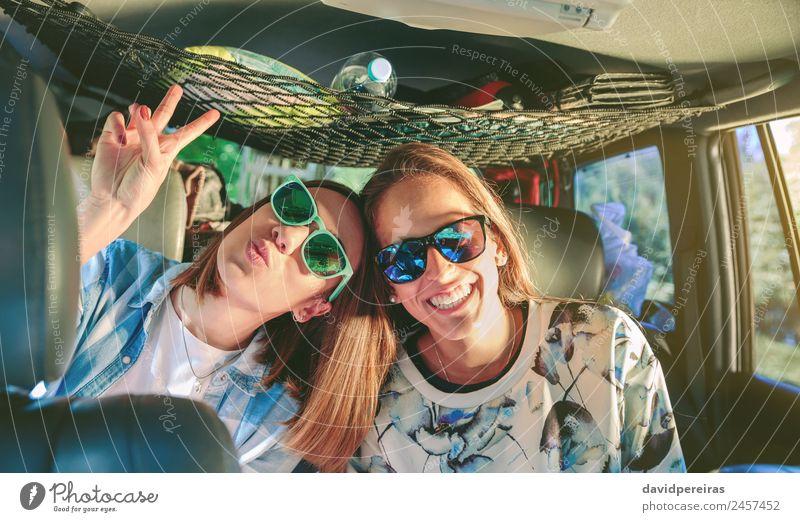 Glückliche Frauen, die lachen und Spaß im Auto haben. Lifestyle Freude schön Freizeit & Hobby Ferien & Urlaub & Reisen Ausflug Abenteuer Erfolg Mensch