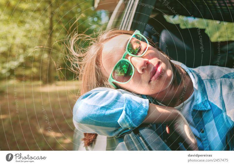 Junge Frau mit dem Kopf über dem Türwagen Lifestyle schön Gesicht Erholung Freizeit & Hobby Ferien & Urlaub & Reisen Ausflug Sommer Mensch Erwachsene