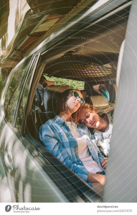 Müde weibliche Freunde, die im Auto schlafen. Lifestyle schön Erholung Freizeit & Hobby Ferien & Urlaub & Reisen Ausflug Abenteuer Mensch Frau Erwachsene
