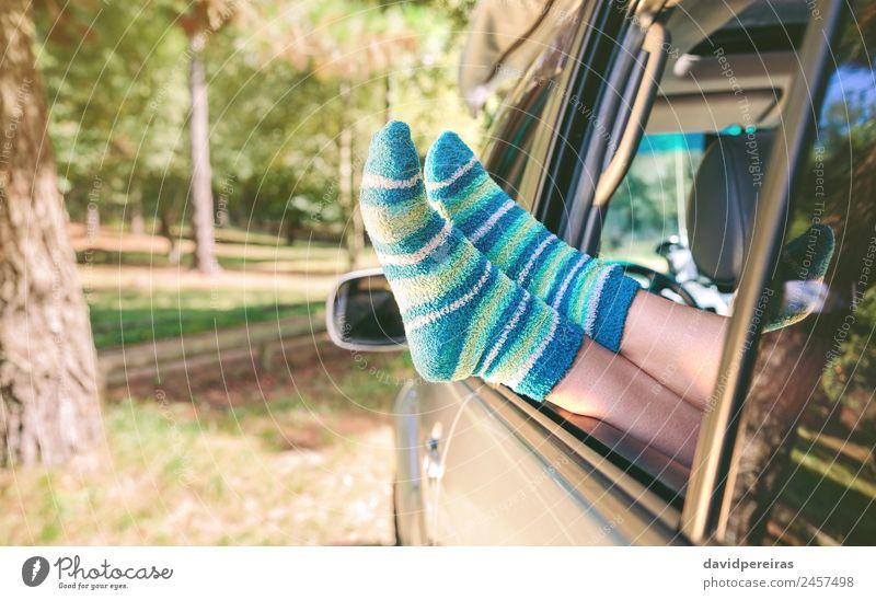 Weibliche Beine mit Socken, die über einem Auto mit offenem Fenster ruhen. Lifestyle schön Erholung Freizeit & Hobby Ferien & Urlaub & Reisen Ausflug Freiheit