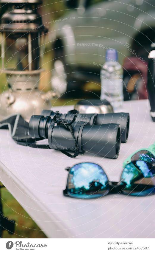 Nahaufnahme des Fernglases über dem Campingtisch Lifestyle Freude Erholung Freizeit & Hobby Ferien & Urlaub & Reisen Tourismus Ausflug Abenteuer Sommer
