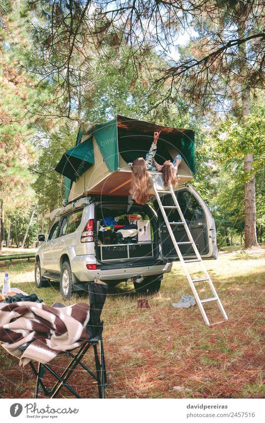 Frauen, die sich im Zelt über 4x4 liegend ausruhen und die Natur betrachten. Lifestyle Freude Glück Erholung Freizeit & Hobby Ferien & Urlaub & Reisen Ausflug