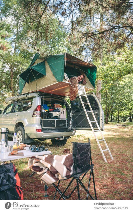Frauen, die sich ausruhen und unterhalten, liegen im Zelt über dem Auto. Lifestyle Freude Glück Erholung Freizeit & Hobby Ferien & Urlaub & Reisen Ausflug