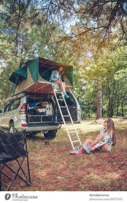 Frau im Zelt über dem Auto und anderen Wanderschuhen Lifestyle Freude Glück Erholung Freizeit & Hobby Ferien & Urlaub & Reisen Ausflug Abenteuer Camping Sommer