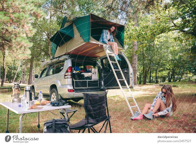 Frau im Zelt über 4x4 und andere ziehende Wanderschuhe Lifestyle Freude Glück Erholung Freizeit & Hobby Ferien & Urlaub & Reisen Ausflug Abenteuer Camping