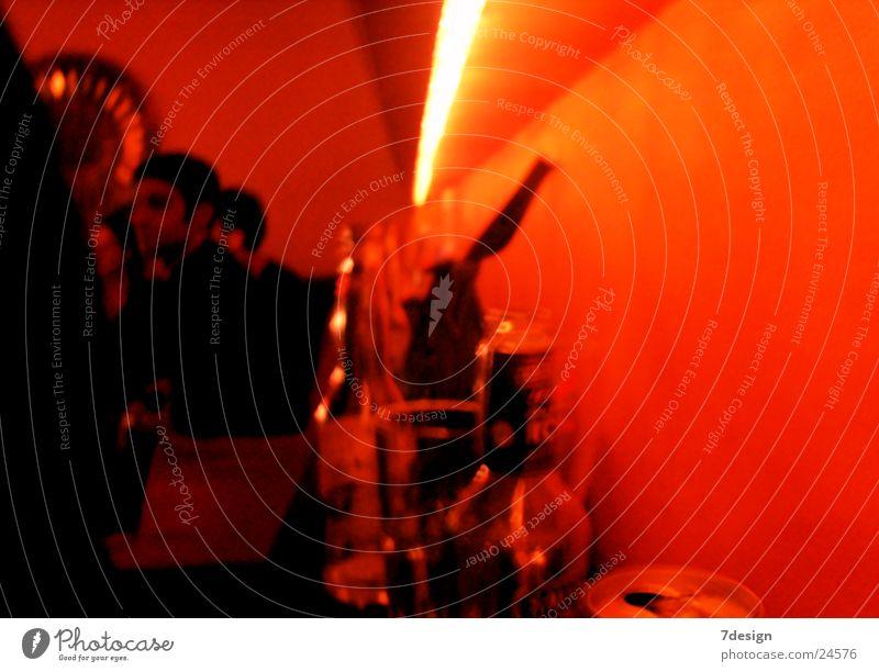 Flaschen im orangen Meer Mensch Beleuchtung Design Disco Ausgang