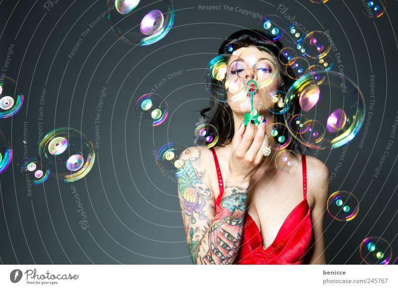 Bubbles Frau Mensch Freude Spielen lustig Kreis Ring blasen Tattoo Seifenblase Piercing Isoliert (Position) Seife Diva Kunst