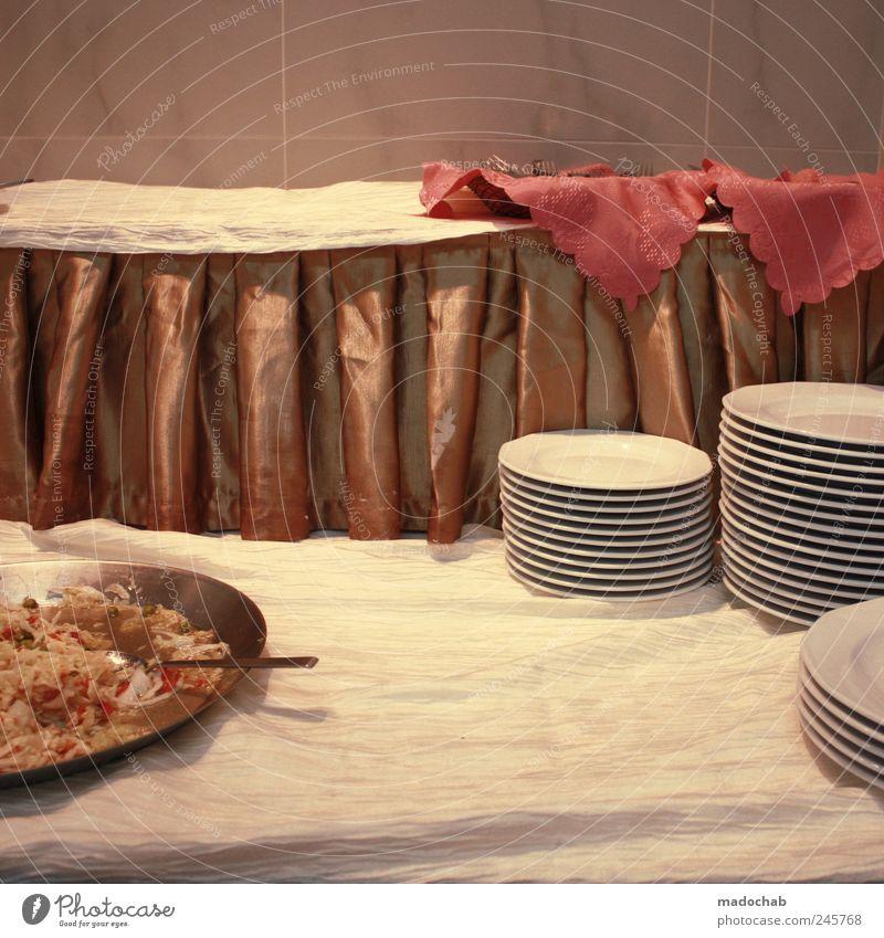 Ein blindes Huhn steckt im Detail. Ernährung Ordnung leer retro Geschirr Teller Nostalgie Stapel Festessen Konkurrenz Tischwäsche Büffet Brunch Serviette Gastronomie Kantine