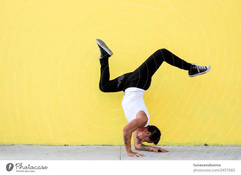 Mann praktiziert Yoga, Unterarm-Balance an einer gelben Wand Lifestyle Gesundheit sportlich Fitness Wellness Leben Sport Sport-Training Sportler Tanzen Mensch