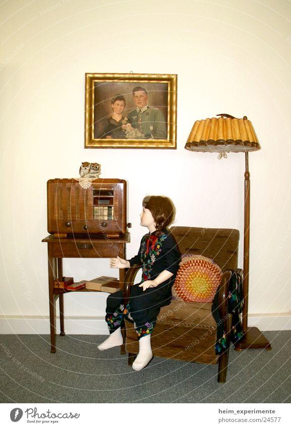 listen music Lampe Stil Musik Wohnung Häusliches Leben Vergangenheit historisch Puppe Radio Sessel Ausstellung Gerät kultig