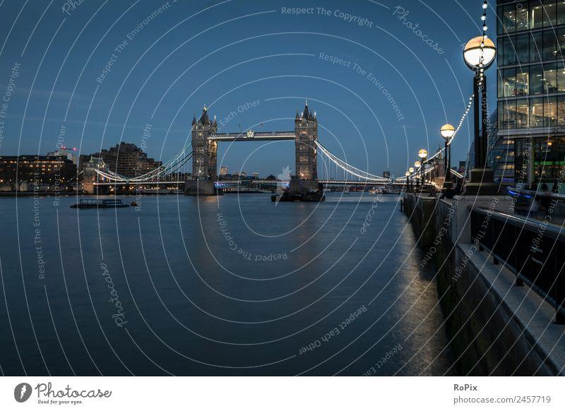 Tower Bridge zur blauen Stunde. Stadt Wasser Landschaft Architektur Umwelt Gebäude Business Tourismus Hochhaus Europa ästhetisch Brücke Sehenswürdigkeit Skyline