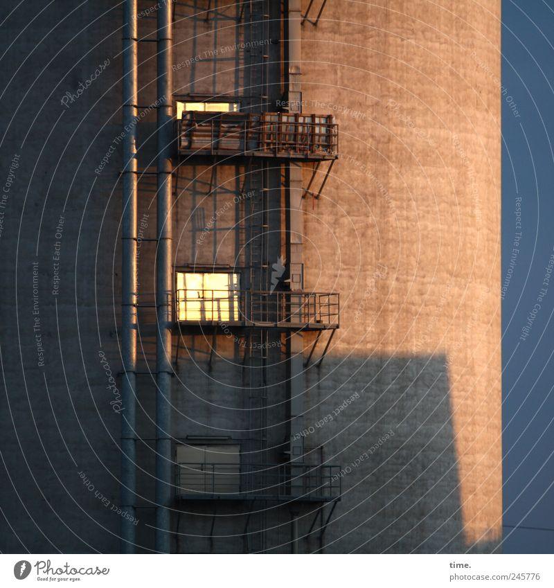 Logenplatz Himmel dunkel braun Tür Beton Turm Wandel & Veränderung bedrohlich Klettern Konzentration Ewigkeit Balkon stark Aussicht dick Röhren