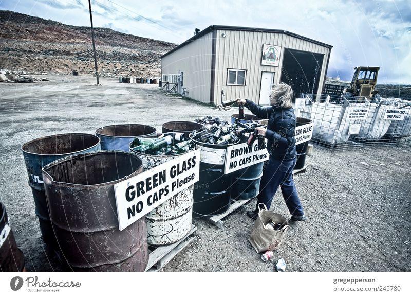 Die Frau recycelt Glasflaschen. Lifestyle Leben Erneuerbare Energie 1 Mensch Umwelt Metall Kunststoff werfen Verantwortung nachhaltig Umweltschutz