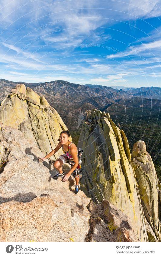Kletterer, der sich an eine Klippe klammert. Abenteuer Berge u. Gebirge Sport Klettern Bergsteigen Erfolg Seil Junge Frau Jugendliche 1 Mensch 18-30 Jahre