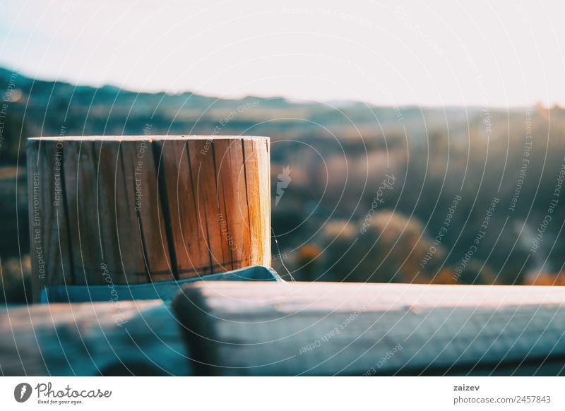 Holzstumpf mit einem Sonnenunterganglicht im Hintergrund Ferne Sommer wandern Umwelt Natur Landschaft Himmel Gras Park Wege & Pfade Metall alt hoch wild blau