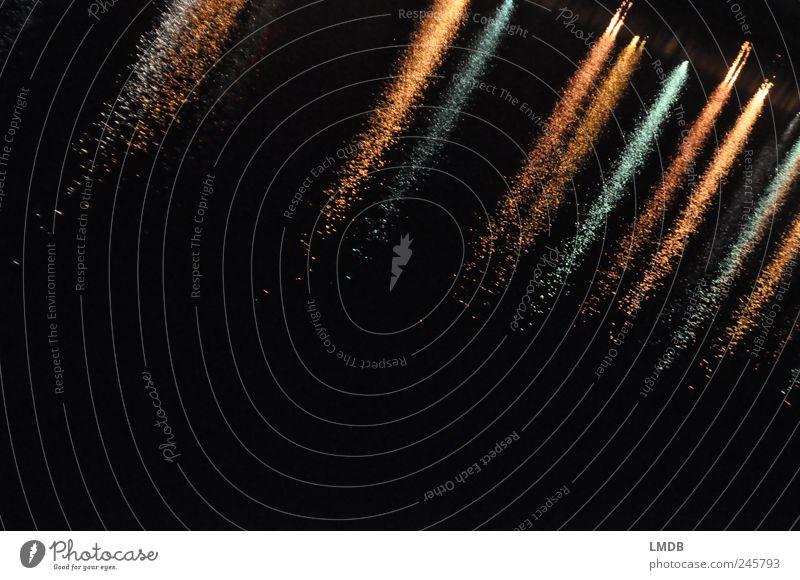 60° diagonal gold schwarz Reflexion & Spiegelung Wasser Wasseroberfläche Fluss Wellen fließen Hintergrundbild dunkel Streifen Farbfoto Außenaufnahme abstrakt